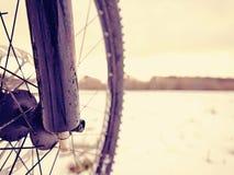 在粉末雪的登山车 在随风飘飞的雪的失去的道路 轮子细节 免版税库存图片