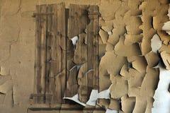 在粉碎的墙壁上的老窗口 免版税库存照片