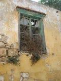 在粉碎的墙壁的被毁坏的窗口 免版税库存照片