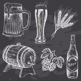 在粉笔板的葡萄酒啤酒 免版税图库摄影