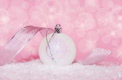 在粉红色的圣诞节球 免版税图库摄影