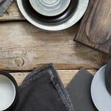 在粗砺的困厄的木桌上的灰色厨房用具 免版税库存图片