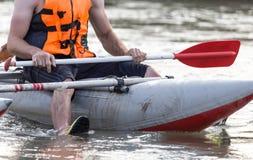 在粗砺的河的小船 极其体育运动 库存图片