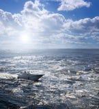 在粗砺的海洋的小船 库存照片