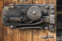 在粗砺的门的古老黑锁 库存照片