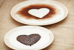 在粗面粉布丁的甜可可粉心脏 免版税库存照片