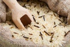 在粗麻布大袋的米 免版税库存照片