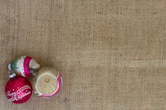 在粗麻布的三件葡萄酒假日装饰品与Copyspace 免版税库存照片