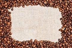 在粗麻布纹理的咖啡豆 库存图片