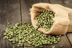 在粗麻布做的咖啡袋的绿色咖啡豆。 免版税图库摄影