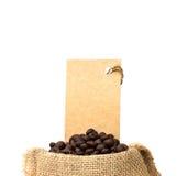 在粗麻布大袋和价牌的烤咖啡豆 库存照片