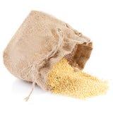 在粗麻布大袋的小米 免版税库存图片