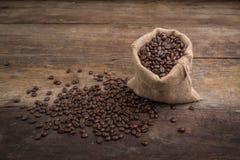 在粗麻布大袋的烤咖啡豆,在粗麻布袋的咖啡豆 库存图片