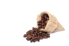 在粗麻布大袋的烤咖啡豆 免版税库存图片
