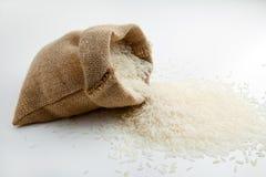 在粗麻布大袋的米 免版税库存图片