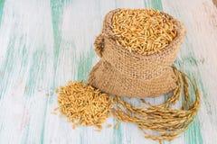 在粗麻布大袋的水稻种子 免版税图库摄影