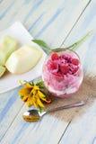 在粗麻布布料的冰淇凌杯子 免版税库存照片