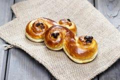 在粗麻布的传统瑞典番红花小圆面包 库存照片