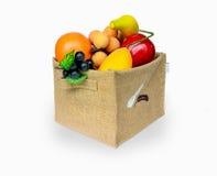 在粗麻布箱子的组合果子 免版税图库摄影