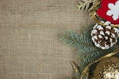 在粗麻布纹理的圣诞节装饰 库存照片
