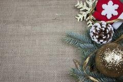 在粗麻布纹理的圣诞节装饰 免版税图库摄影