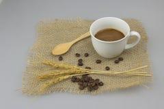 在粗麻布纺织品孤立背景的咖啡杯 免版税图库摄影