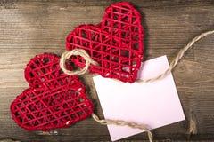 在粗麻布背景的两心脏 婚礼爱概念 库存照片