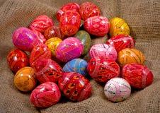 在粗麻布背景的复活节彩蛋 库存照片