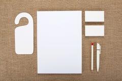 在粗麻布背景的空白的文具 包括名片 免版税库存照片