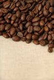在粗麻布1的咖啡豆 库存照片