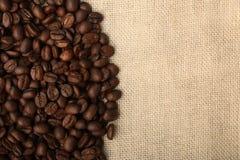 在粗麻布2的咖啡豆 库存图片