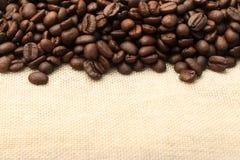 在粗麻布3的咖啡豆 库存图片