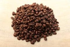 在粗麻布4的咖啡豆 免版税库存照片