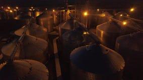 在粮仓下的飞行和电梯或者储油在晚上 影视素材