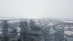 在粮仓和电梯下的在冬天背景的飞行或者储油 股票视频