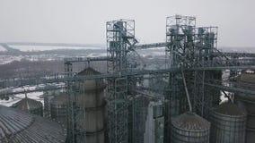 在粮仓和电梯下的在冬天背景的飞行或者储油 股票录像