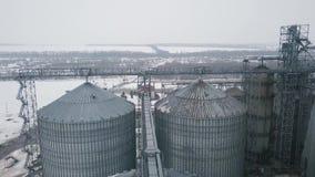 在粮仓和电梯下的在冬天背景的飞行或者储油 影视素材