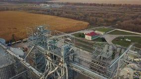在粮仓和电梯下的在秋天背景的飞行或者储油 股票视频