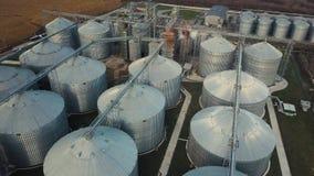 在粮仓和电梯下的在秋天背景的飞行或者储油 股票录像