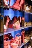 时尚女性鞋子在商店 免版税图库摄影