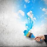 在精密油漆绘画地点墙壁木黄色附近的背景蓝色概念梯子 图库摄影