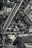 在精炼厂产业里面的油和煤气工作者 库存图片