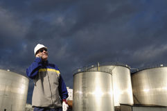 在精炼厂产业里面的油和煤气工作者 图库摄影