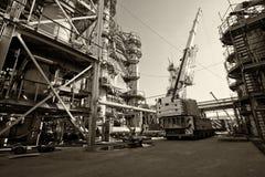 在精炼厂修理工作由起重机 免版税库存照片