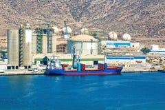 在精炼厂旁边的大船只负荷 库存图片