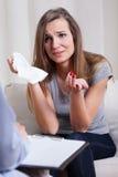在精神疗法期间的哭泣的妇女 免版税库存照片