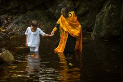 在精神诞生期间-洗礼的基督徒圣礼 库存图片