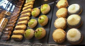 在糖果店的蛋糕 被冠上的酥皮点心显示  免版税图库摄影