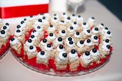 在糖果自助餐的可口甜点 全部在桌上的五颜六色的点心 图库摄影