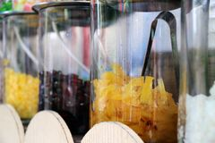 在糖浆在玻璃瓶子和糖行的菠萝结果实 免版税库存照片